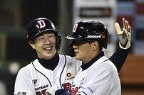 박건우 '1000안타 축하해!' [포토]