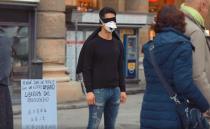 '나는 바이러스가 아닙니다', 이탈리아에서 프리허그 요청한 동양인 남성