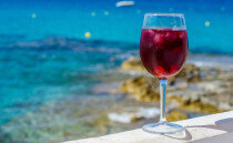 '격렬하게 아무것도 안 하는' 휴가를 위한 상그리아 만들기