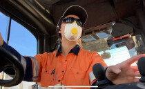 호주에서 중장비 운전하는 20세 한국인 여성