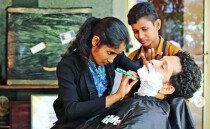 남자로 위장해 이발소에서 일하던 소녀들, 장학금 받다
