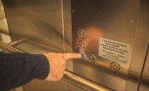 늦은 밤 엘리베이터 같이 탄 사람이  버튼을 계속 끈다면?