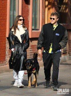 에밀리 라타이코프스키, 남편과 함께 다정하게 강아지 산책 [포토화보]