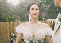 전혜빈 발리 결혼식 화보 공개…영화 속 한 장면처럼