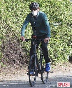 사챠 바론 코헨, 자전거 라이딩 근황 포착 [포토화보]