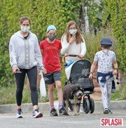 제니퍼 가너, 가족과 평화로운 산책길 '마스크 필수' [포토화보]