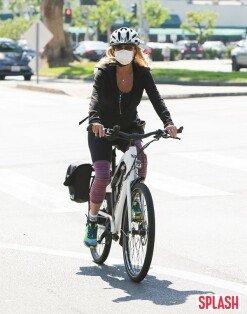 골디 혼, 마스크 착용 후 여유로운 자전거 라이딩 [포토화보]
