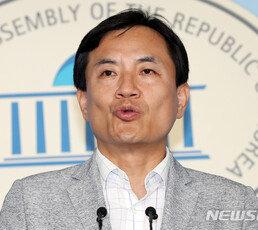 """김진태 """"남쪽 정부는 통진당 표현…文, 사상 잘못됐다 실토"""""""