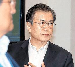 국론분열-지지율 지속 하락… 文대통령, 국정 부담에 결심 굳혀