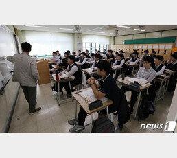 """""""교사 정치편향 감사해달라"""" 청원 낸 고교생들"""