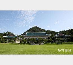 """與지지자들, 칼럼 신고… 靑비서관 """"승리 착각땐 파국"""""""