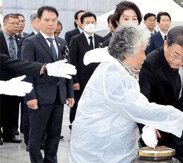 """文대통령 """"천안함, 北소행이라는 게 정부 입장"""""""