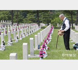 """천안함 전사자 부인 """"자식들이 국가에 뭘 배우겠나"""""""