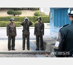 """탈북군인 """"뇌물주면 훈련 빠지고 승진, 北 부패 만연""""…WSJ 인터뷰"""