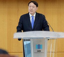 """40일만에 침묵깬 윤석열 """"권력형 비리는 모두가 피해자"""" 작심 비판"""