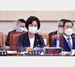 檢, '휴가 특혜의혹' 아들·보좌관·대위 압수수색…秋개입 단서 찾을까
