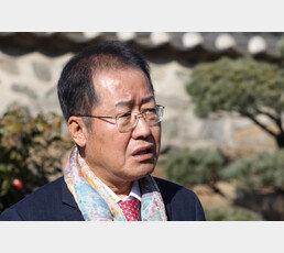 """이명박 징역 17년 받자…홍준표 """"文, 뇌물로부터 자유롭나"""""""