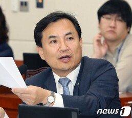 """김진태 """"후배 검사들 끝까지 버텨라…곧 좋은 세상 온다"""""""