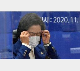 """기름부은 '추미애 입장문'… 윤석열 가족 수사 지휘검사들도 """"장관 지시 위법"""""""