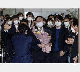 윤석열, 사퇴 후 지지율 수직 상승 32.4% 1위…이재명 제쳐