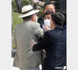 김원웅 광복회장, 임정 기념식서 독립유공자 후손에 멱살 잡혀