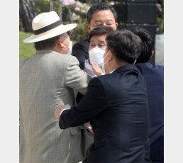김원웅, 임정 기념식서 광복회원에 멱살 잡혀
