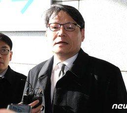 檢, '김학의 출금' 이광철 출석통보…윗선 수사 확대