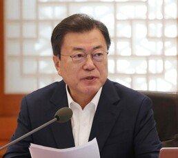 文 지지율 35%, 재보선 참패 후 최저치…민주당 동반 약세