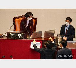 """""""신났네"""" 野 조롱 김상희, 의장석 오르자 국힘 의원들 퇴장"""