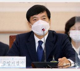 """이성윤, 기소위기에 '수심위' 카드…수원고검 """"신속 소집 요청"""" 맞불"""