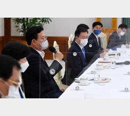 """靑내부 """"송영길 발언, 정제 덜되고 다소 과격"""" 당혹"""