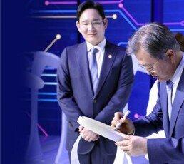 아쉬울 땐 삼성전자 찾는 文 정부…기업이 외교 카드?