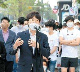 이준석, 강남역서 시민들과 즉석 토론