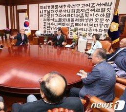 헌정회, 文대통령에 MB-박근혜-이재용 사면 요청