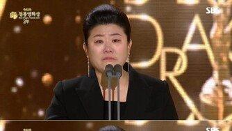 """'청룡영화제' 이정은 눈물 """"'기생충'으로 주목받아 겁났다"""""""