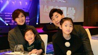 [포토] 박철우-신혜인 부부, 딸들과 함께 시상식 나들이