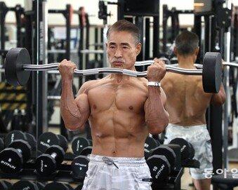 """환갑의 보디빌더 """"근육 키우면 젊음도 돌아와…늦은 때는 없어""""[양종구의 100세 시대 건강법]"""