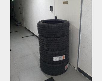타이어 4개 문 앞 배송에 감금된 여친…누구 잘못?