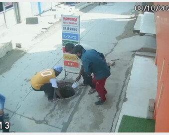 아기 안고 전화 통화하던 엄마 맨홀에 추락 (영상)