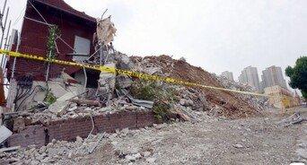 '건물을 땅굴 파듯'…ㄷ자형 철거로 횡하중 못 견뎌 '와르르'