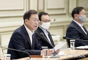 """文대통령 """"전시재정 편성 각오로…백신 역할까지 해야"""""""