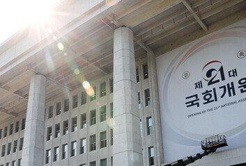 """주호영 """"공수처, 검찰통제 수단""""文대통령 """"靑측근 등의 비리 막는것"""""""