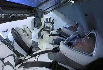 """스페이스X 우주선 발사 성공에트럼프 """"인크레더블"""" 연발"""
