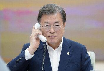 """文 대통령, 트럼프와 15분간 통화""""G7 회의 초청 기꺼이 응할 것"""""""