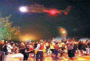 """트럼프 """"폭동 진압 중무장軍 투입""""선언날 블랙호크 시위대 위협 비행"""