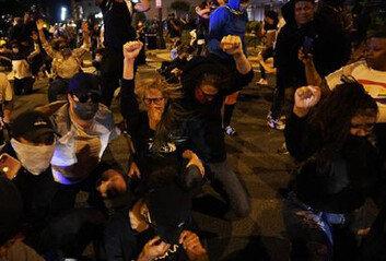 흑인소년 감싼 백인소녀…경찰-시위대의포옹과 악수…대치 속 곳곳 감동도