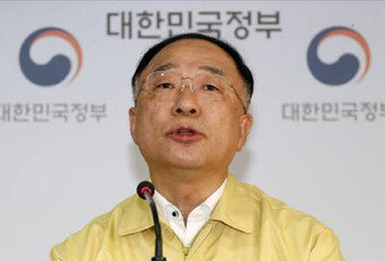 """[속보]홍남기 """"한걸음모델에 공유숙박농어촌 빈집개발·산림관광 선정"""""""
