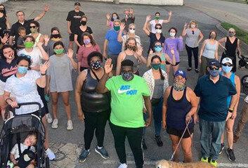 """""""집 나가기 무섭다""""는 흑인 남성 위해 함께 산책나선 75명의 이웃들"""