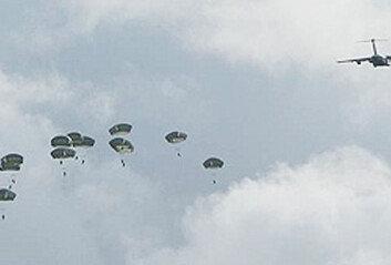 괌 날아온 美공수부대, 낙하산 착륙 후 표적 장악 훈련…'어디든 출격' 메시지