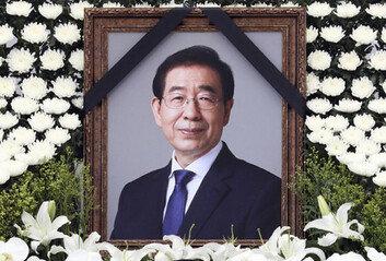 """故 박원순 빈소 조문 행렬장례위 """"피해호소인 가해 말라"""""""